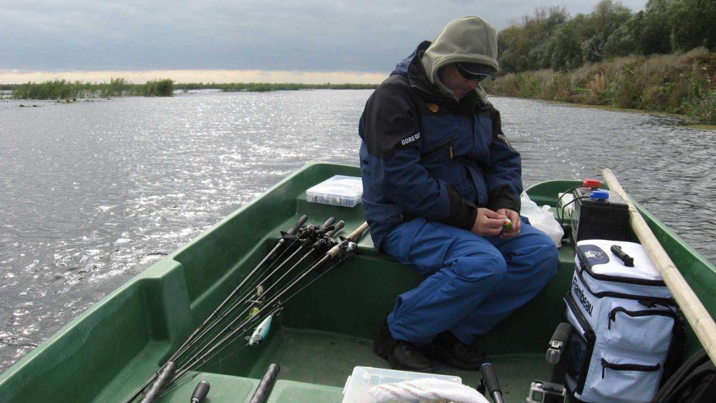 Guvernatorul ARBDD, Mălin Muşatescu, oscilând între topwater şi jerkbait. Năluca din mâna sa, un Salmo Bass Bug, prinde incredibil ştiuci în apă de-o palmă.