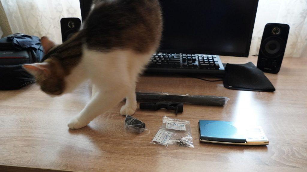 Master Kenobi inspectează componentele.
